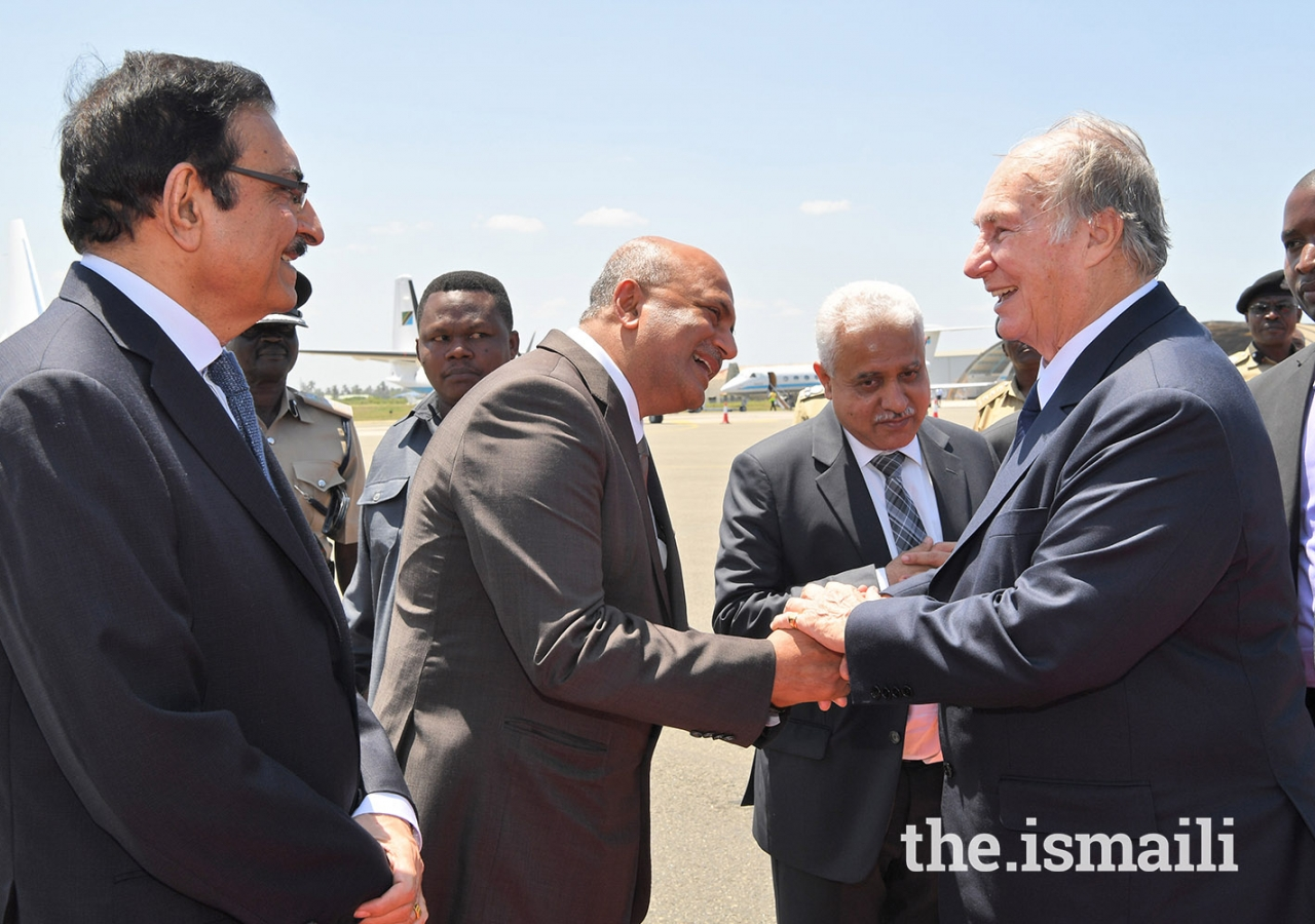 Ismaili Council for Tanzania President Amin Lakhani wishes Mawlana Hazar Imam a bon voyage, while AKDN Resident Representative Amin Kurji (left) and National Council Vice-President Kamal Khimji (right) look on.