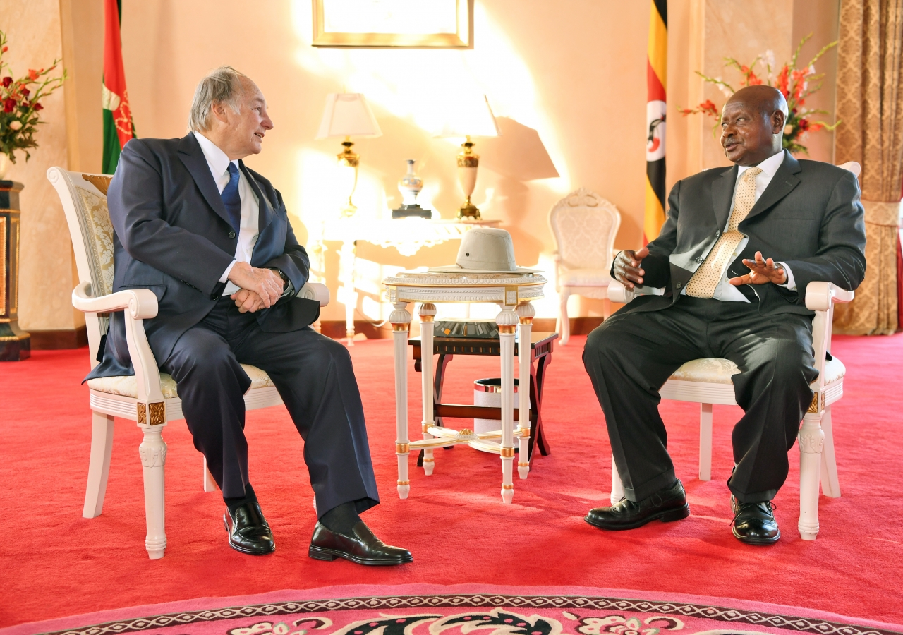 His Excellency President Yoweri Kaguta Museveni and Mawlana Hazar Imam in conversation.