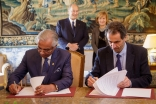 Ismaili Imamat Representative Nazim Ahmad and Portuguese Minister Professor Manuel Heitorsign an agreement that will strengthen research capacity and improve quality of life in Portugal and in Portuguese-speaking countries. AKDN / Luis Filipe Catarino