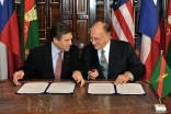 Governor Perry and Mawlana Hazar Imam exchange friendly remarks before signing the Agreement of Cooperation.