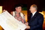 Justice Albie Sachs presents Mawlana Hazar Imam with the South African Bill of Rights at the 2016 Annual Pluralism Lecture of the Global Centre for Pluralism. GCP / Tom Sandler