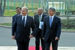 Mawlana Hazar Imam and Kyrgyz President Almazbek Atambayev enter the Ala Archa Official State Residence. Sultan Dosaliev (Presidential photographer)