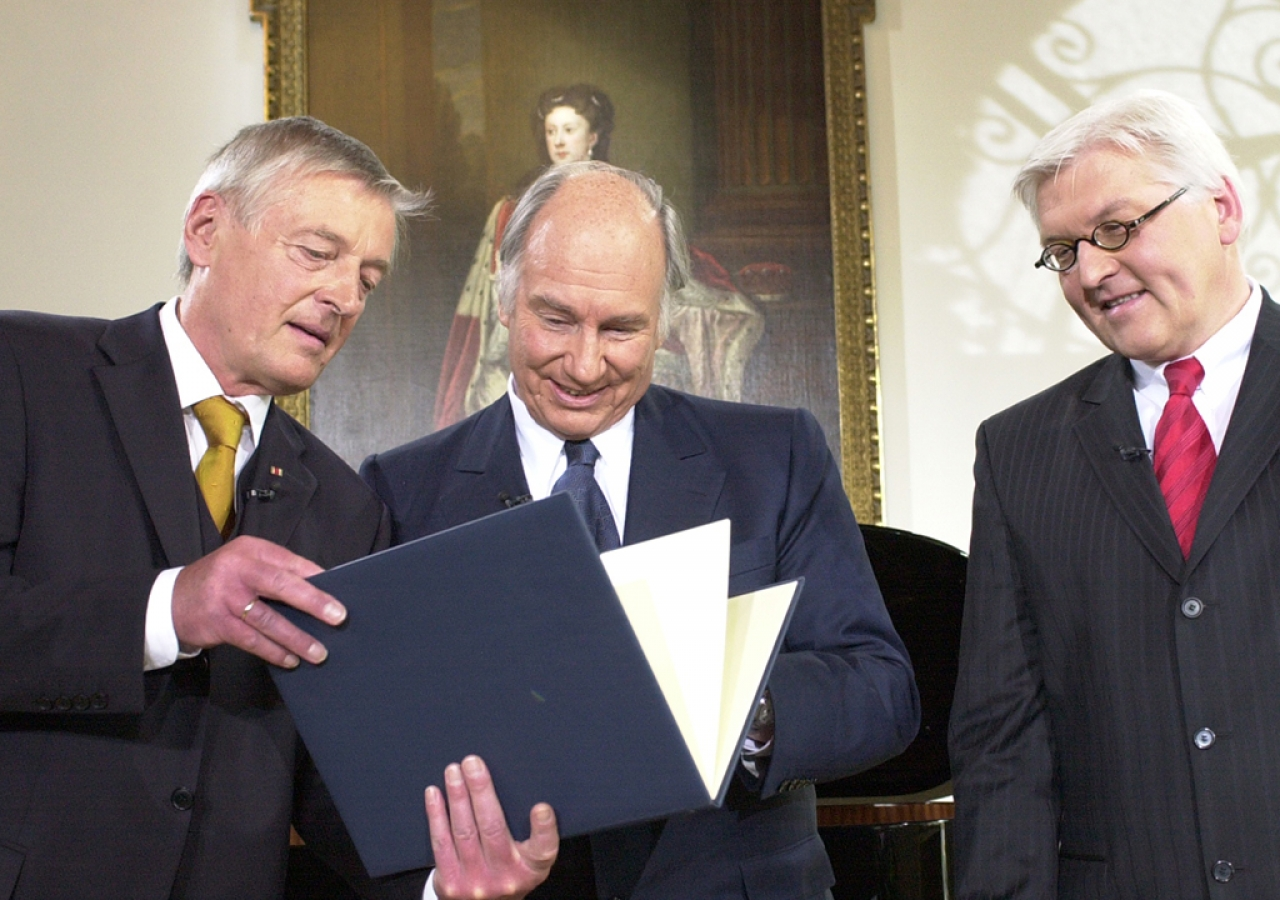 Dr. Friedemann Greiner, Director and Chairman of the Jury (left), presenting the Tolerance Award 2006 to Mawlana Hazar Imam as Dr Frank-Walter Steinmeier, Germany's Minister of Foreign Affairs (right), looks on. Tutzing, Germany, 20 May 2006.