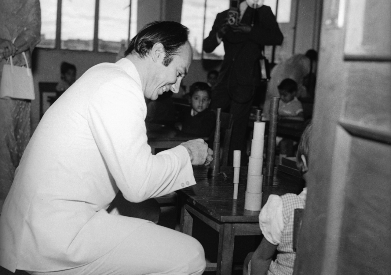Mawlana Hazar Imam plays with the children at the Diamond Jubilee High School during a visit to India. The first Aga Khan School was founded in Mundra (Gujarat) in 1905. (Mumbai, 1973) Cumber Studios