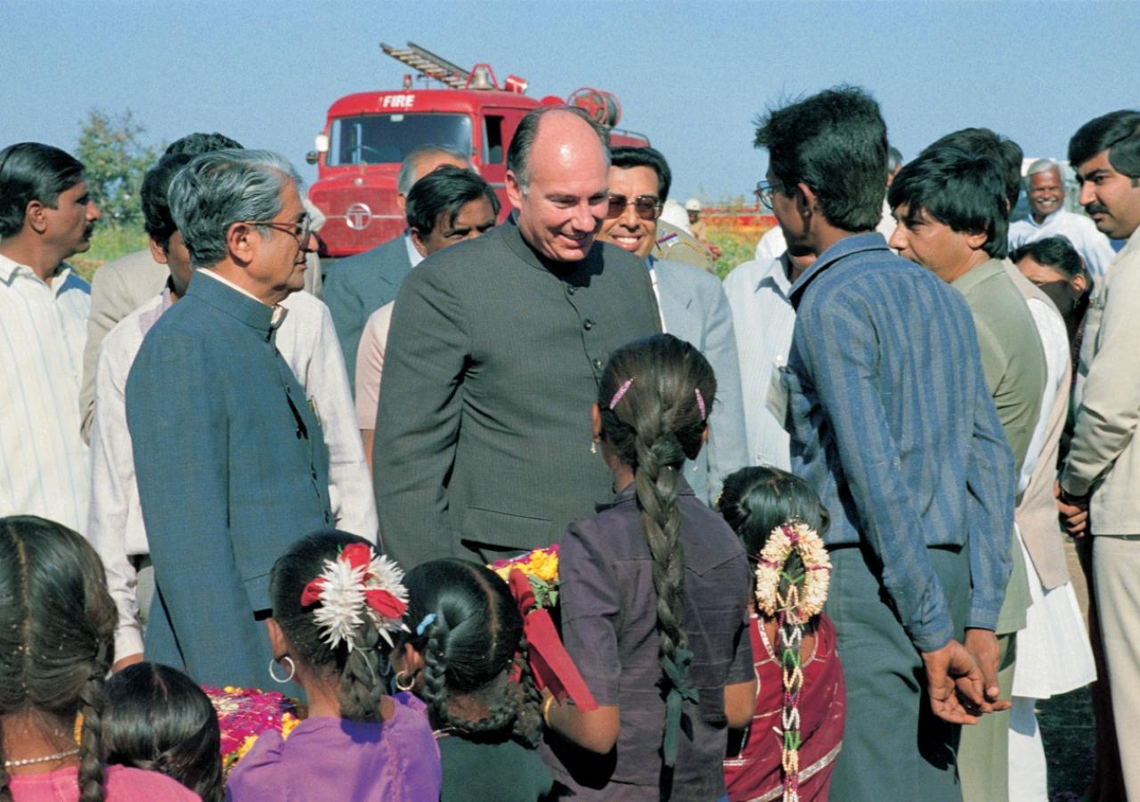 Mawlana Hazar Imam being greeted by local Jamati members in Sidhpur, Gujarat. (Sidhpur, 1989) AKDN / Gary Otte