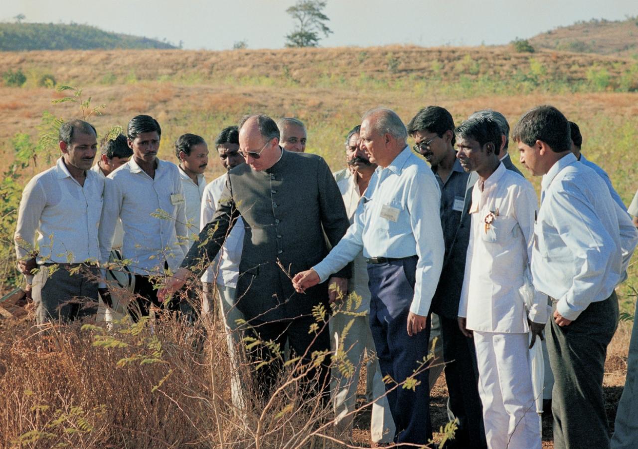 Mawlana Hazar Imam and members of the Aga Khan Rural Support Programme, India inspecting progress of projects in Gujarat. (Mota Jambuda, 1989) AKDN / Gary Otte
