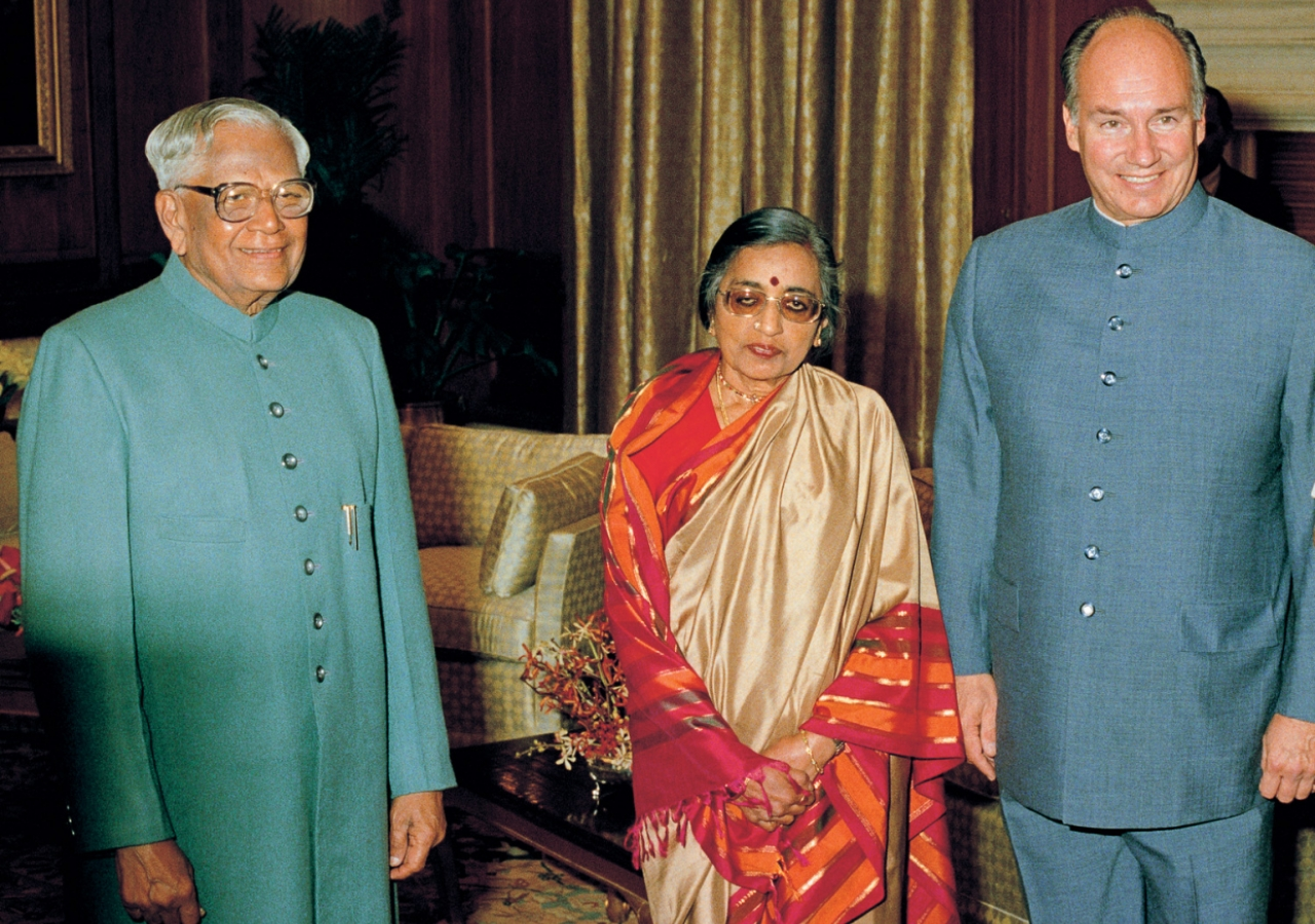 Mawlana Hazar Imam with the President of India Ramaswamy Venkatraman and spouse posing before an official dinner in Delhi. (New Delhi, 1989) AKDN / Gary Otte