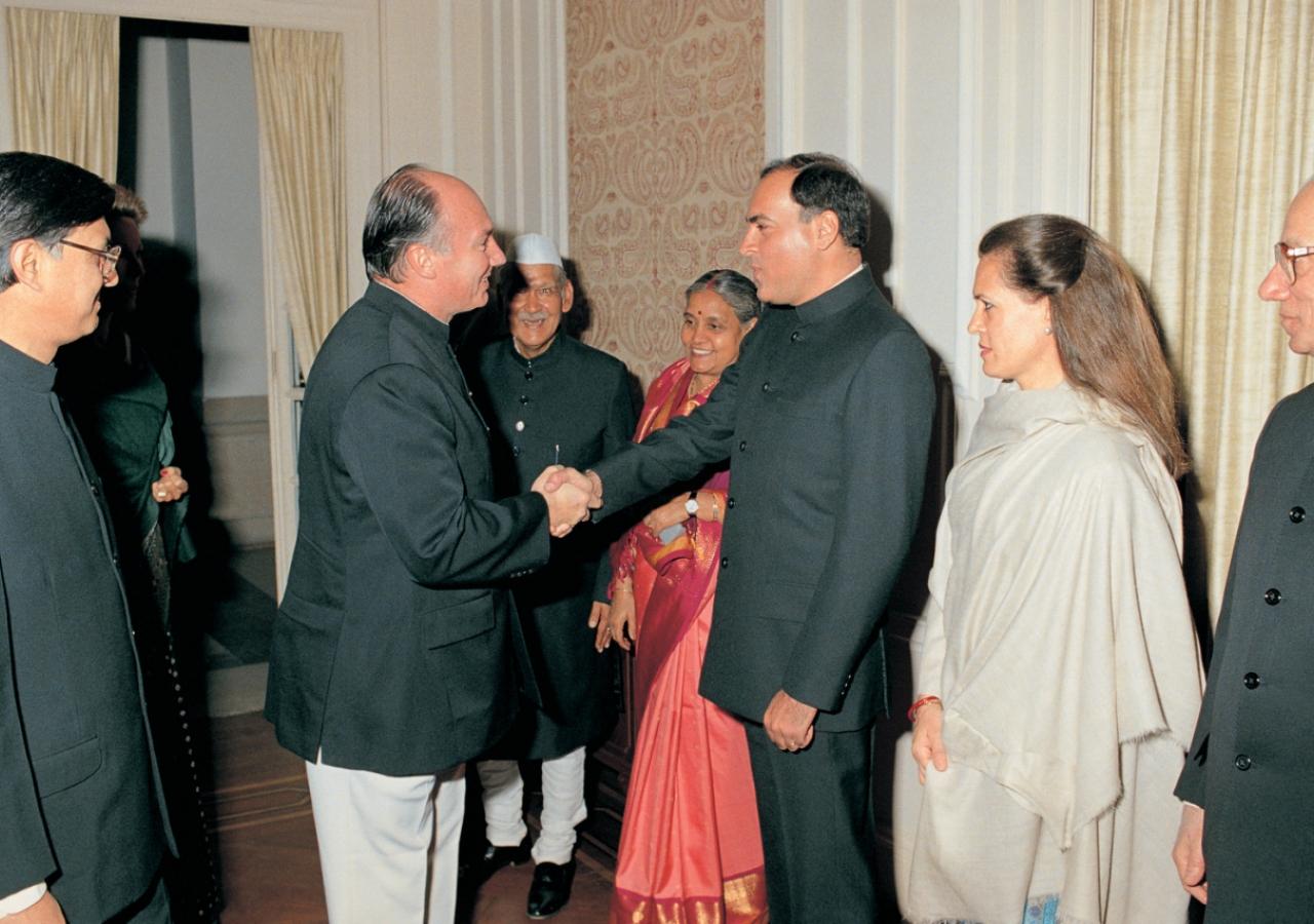 Mawlana Hazar Imam greeting Prime Minister, Mr Rajiv Gandhi and Mrs Sonia Gandhi at the official dinner hosted by Vice President Dr. Sharma in honour of Hazar Imam. (New Delhi, 1989) AKDN / Gary Otte