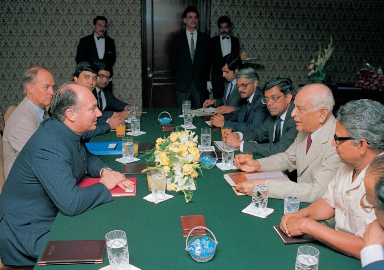 Mawlana Hazar Imam in a meeting with members of the Housing Development Finance Corporation (HDFC) (Mumbai, 1989). AKDN / Gary Otte