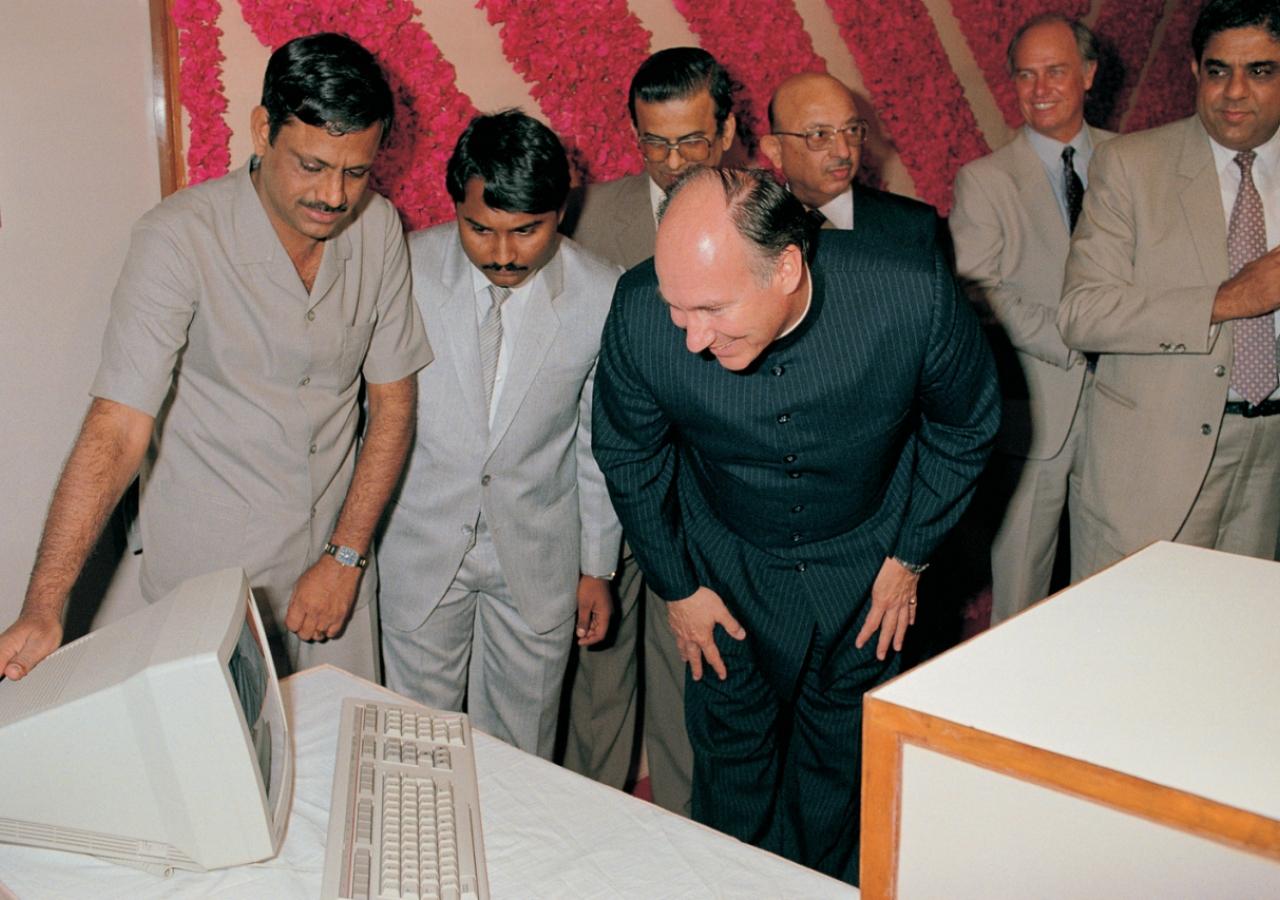 Mawlana Hazar Imam inaugurates DCB Bank's Integrated Standard Software Programme. (Mumbai, 1989) AKDN / Gary Otte