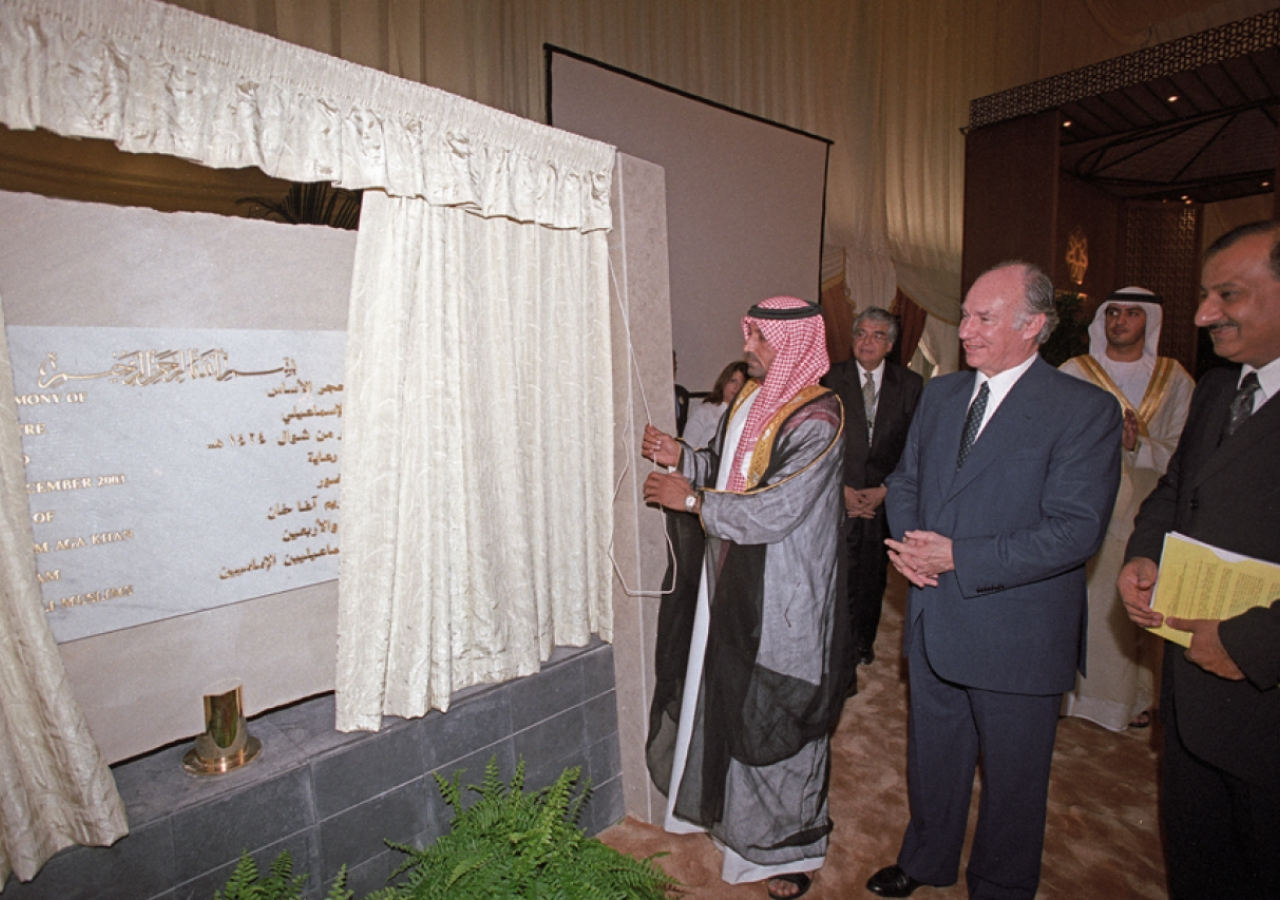 His Highness Sheikh Ahmed Bin Saeed Al Maktoum unveils the Foundation Ceremony commemorative plaque.