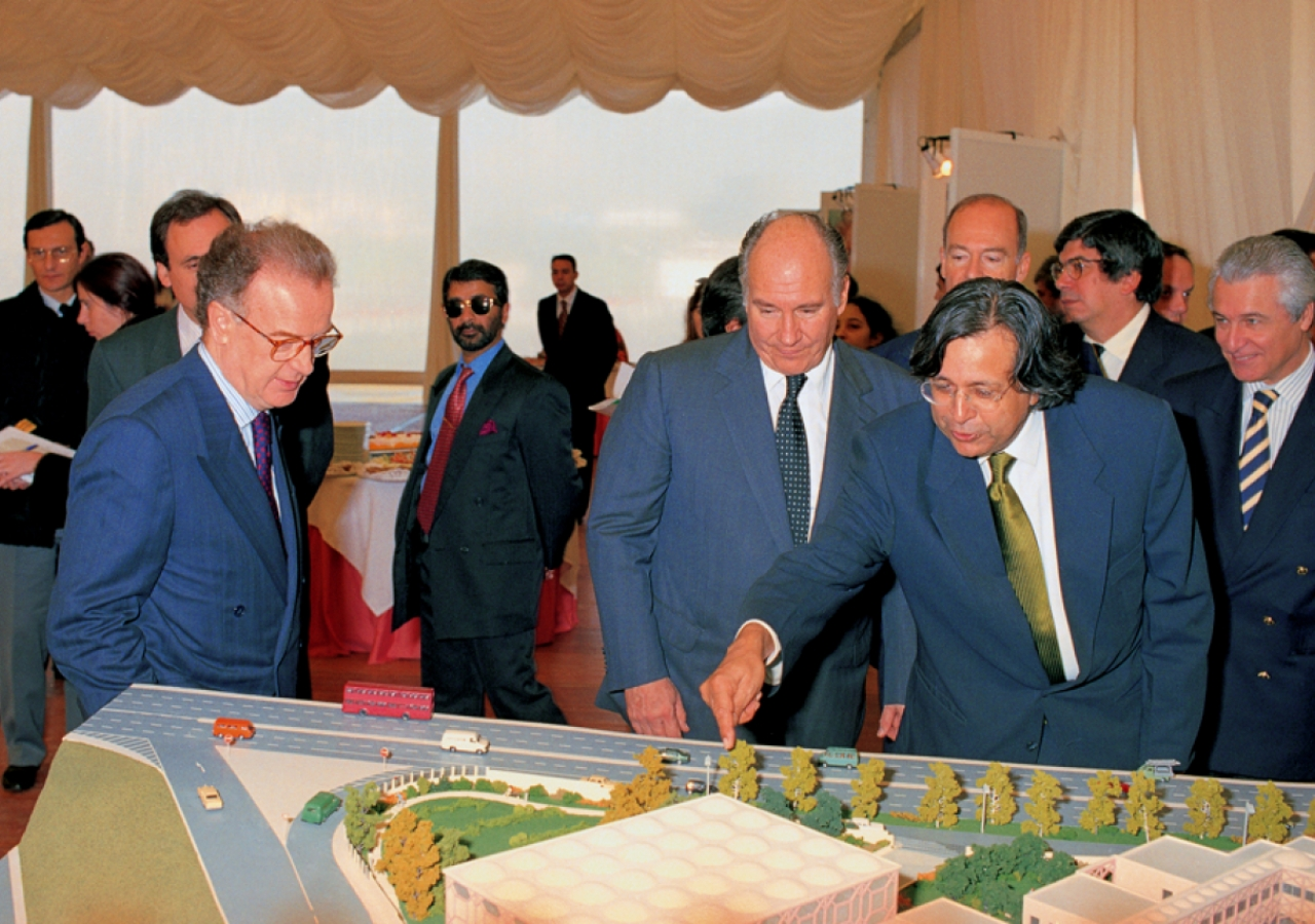 Architect Raj Rewal describes the model of the Ismaili Centre, Lisbon to President Sampaio and Mawlana Hazar Imam.