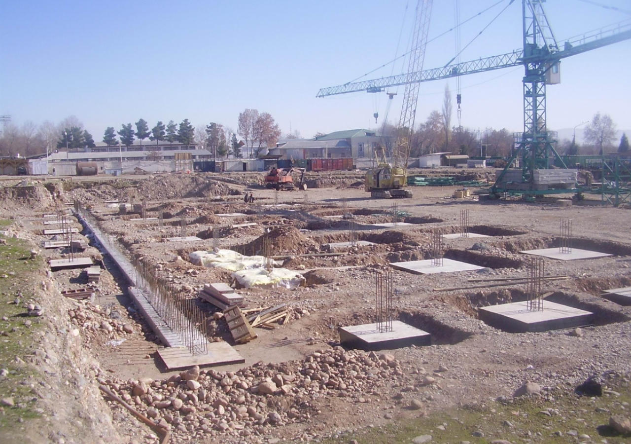 December 2005: The first tower crane is installed in the future area of the Centre's courtyard.