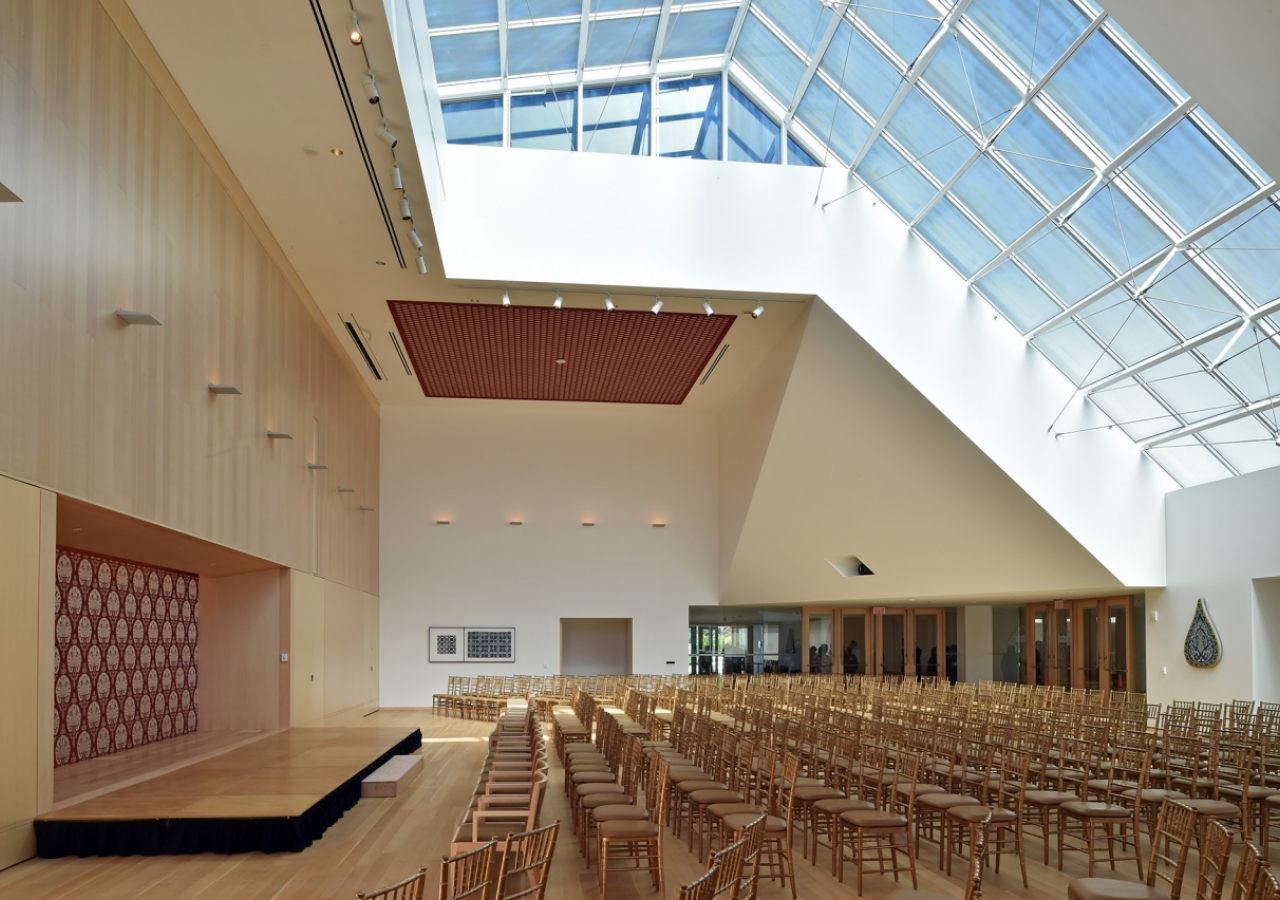 The social hall is a commanding space that is evocative of the elements seen throughout the building. This space is the primary social area for cultural performances, concerts, lectures, book launches, film screenings and weddings. Gary Otte