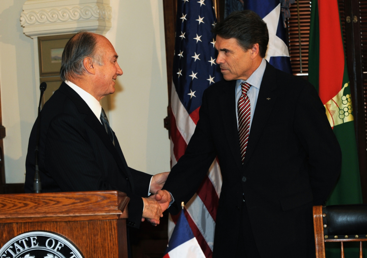 Mawlana Hazar Imam and Governor Rick Perry shake hands prior to signing the Agreement of Cooperation.