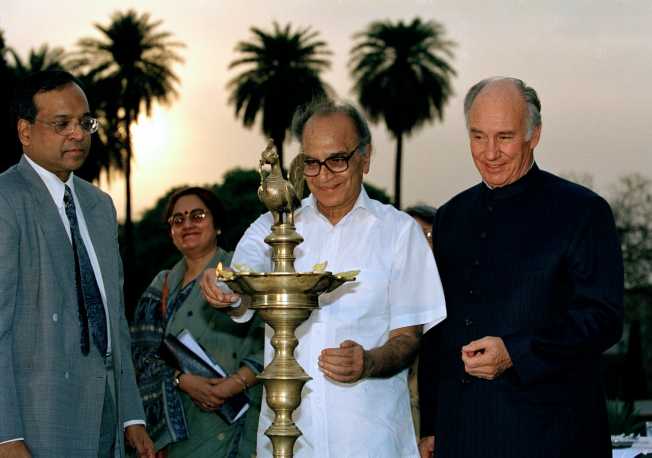 Mawlana Hazar Imam looking on as India's Minister of Tourism and Culture, Shri Jagmohan, lights a lamp to inaugurate the restored Humayun's Tomb Gardens. (New Delhi, 2003) Patrick Ruchdi