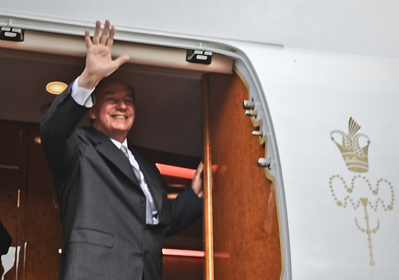 Mawlana Hazar Imam waves as he prepares to depart Nairobi at the conclusion of his Jamati visit to Kenya.