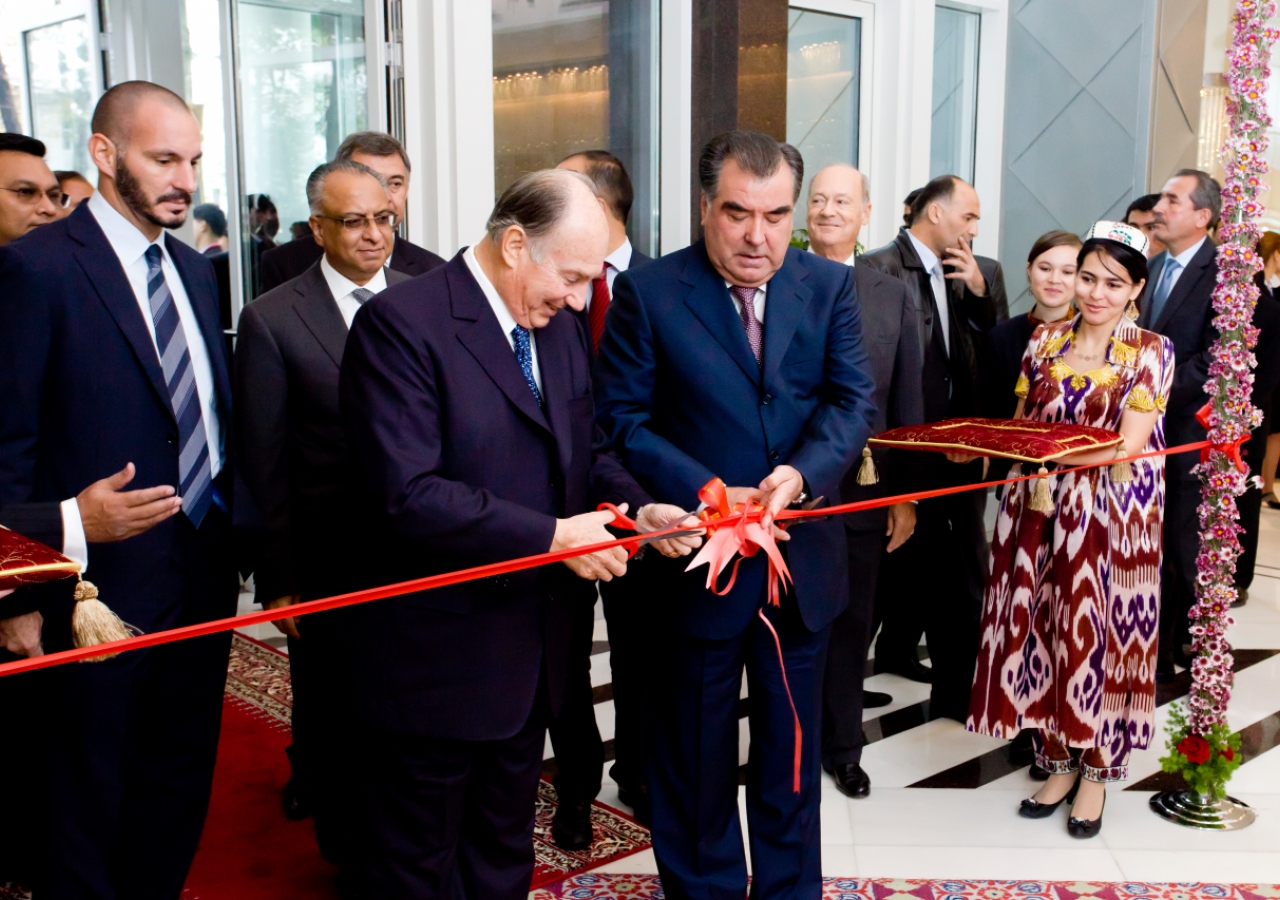 Mawlana Hazar Imam and Tajik President Emomali Rahmon cut the ribbon to officially open the Dushanbe Serena Hotel, as Prince Rahim, AKDN Resident Representative Munir Merali and Prince Amyn watch.