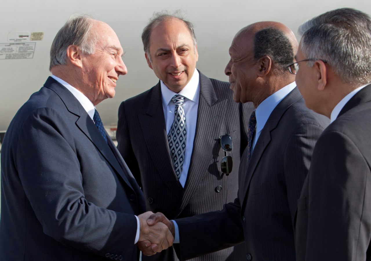 Upon his arrival in Chicago, Mawlana Hazar Imam is welcomed by Illinois Secretary of State Jesse White.