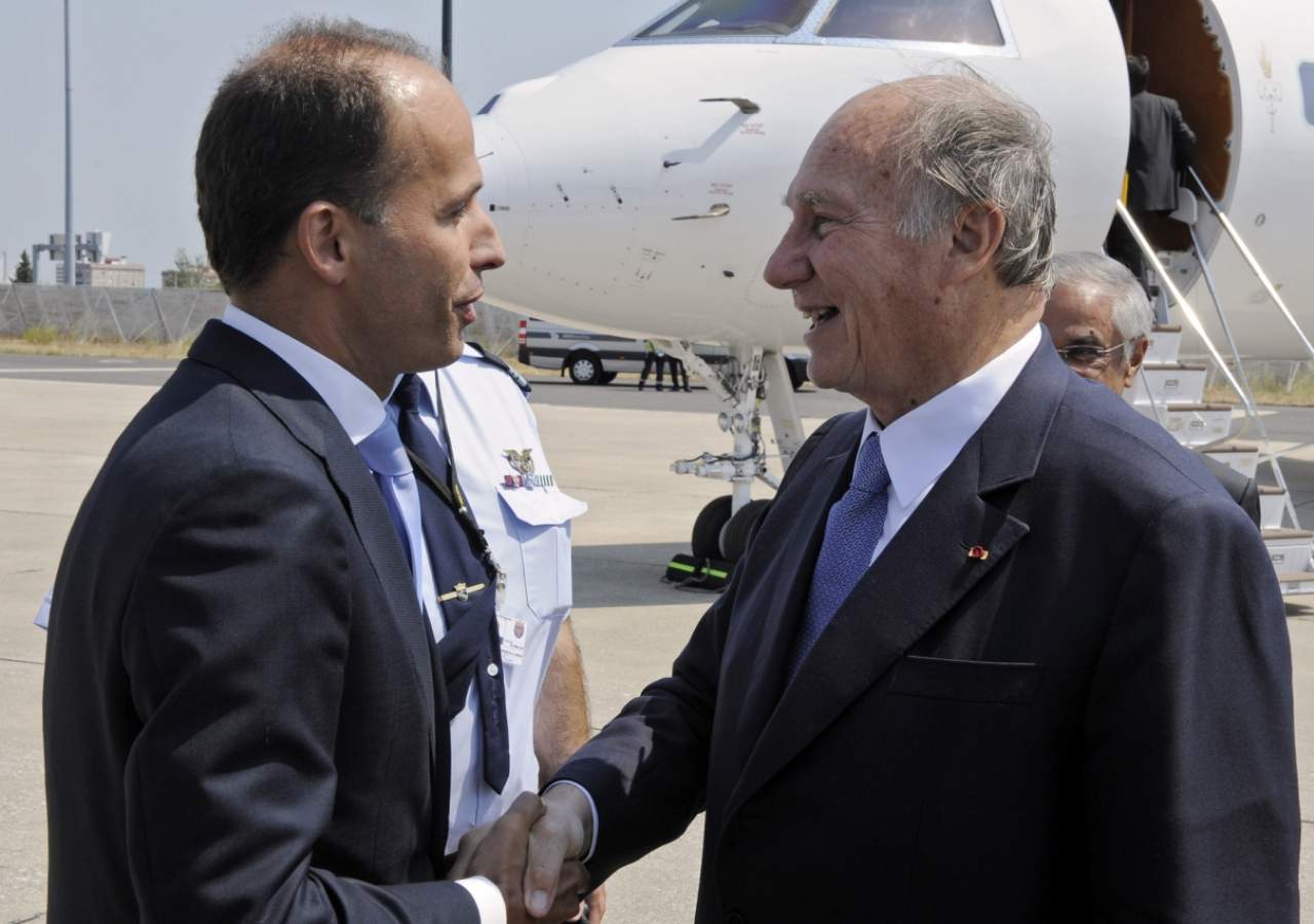 Mawlana Hazar Imam is received by Minister Pedro Mota Soares upon his arrival in Lisbon.