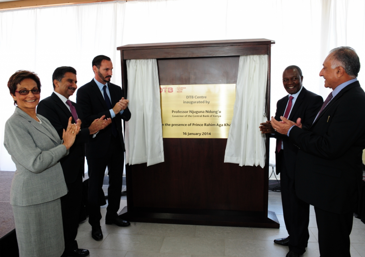 A plaque is unvelived at the new Diamond Trust Bank Nairobi headquarters. (L to R: Regional CEO of Diamond Trust Bank Nasim Devji, Sultan Allana, AKFED EC – Financial Services, Prince Rahim, Governor of Central Bank of Kenya, Professor Njuguna Ndung'u and