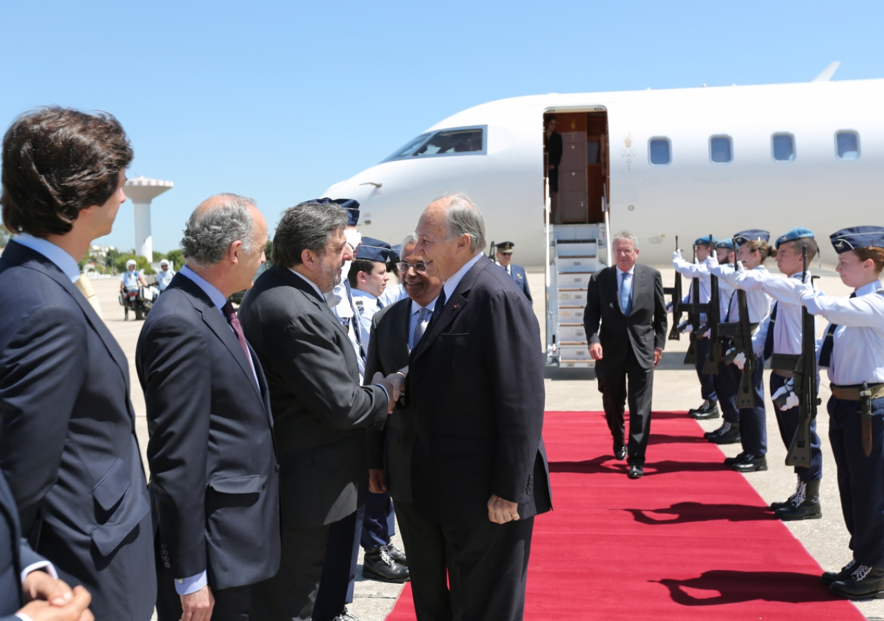 Mawlana Hazar Imam is greeted by Portuguese Secretary of State for Cooperation and Foreign Affairs, Dr Campos Ferreira, as Dr José Ludovice, Executive Officer of the Nort-South Centre of the Council of Europe looks on.