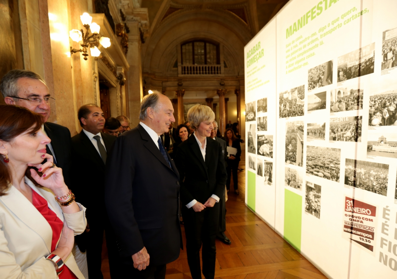 Mawlana Hazar Imam and Parliamentary President Esteves tour an exhibition marking the 40th anniversary of the democratic revolution in Portugal.