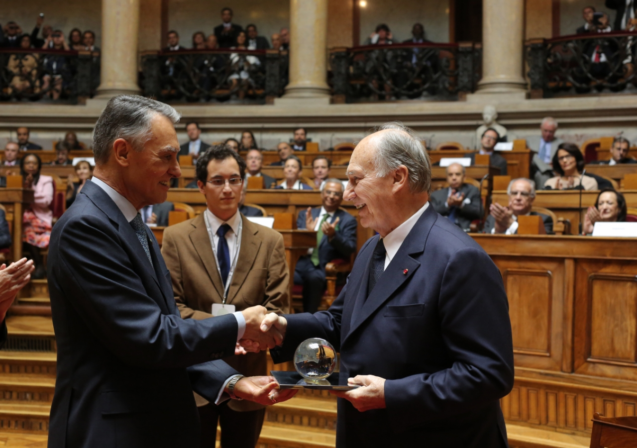 Mawlana Hazar Imam is presented with the 2013 North-South Prize by the President of Portugal, Aníbal Cavaco Silva.