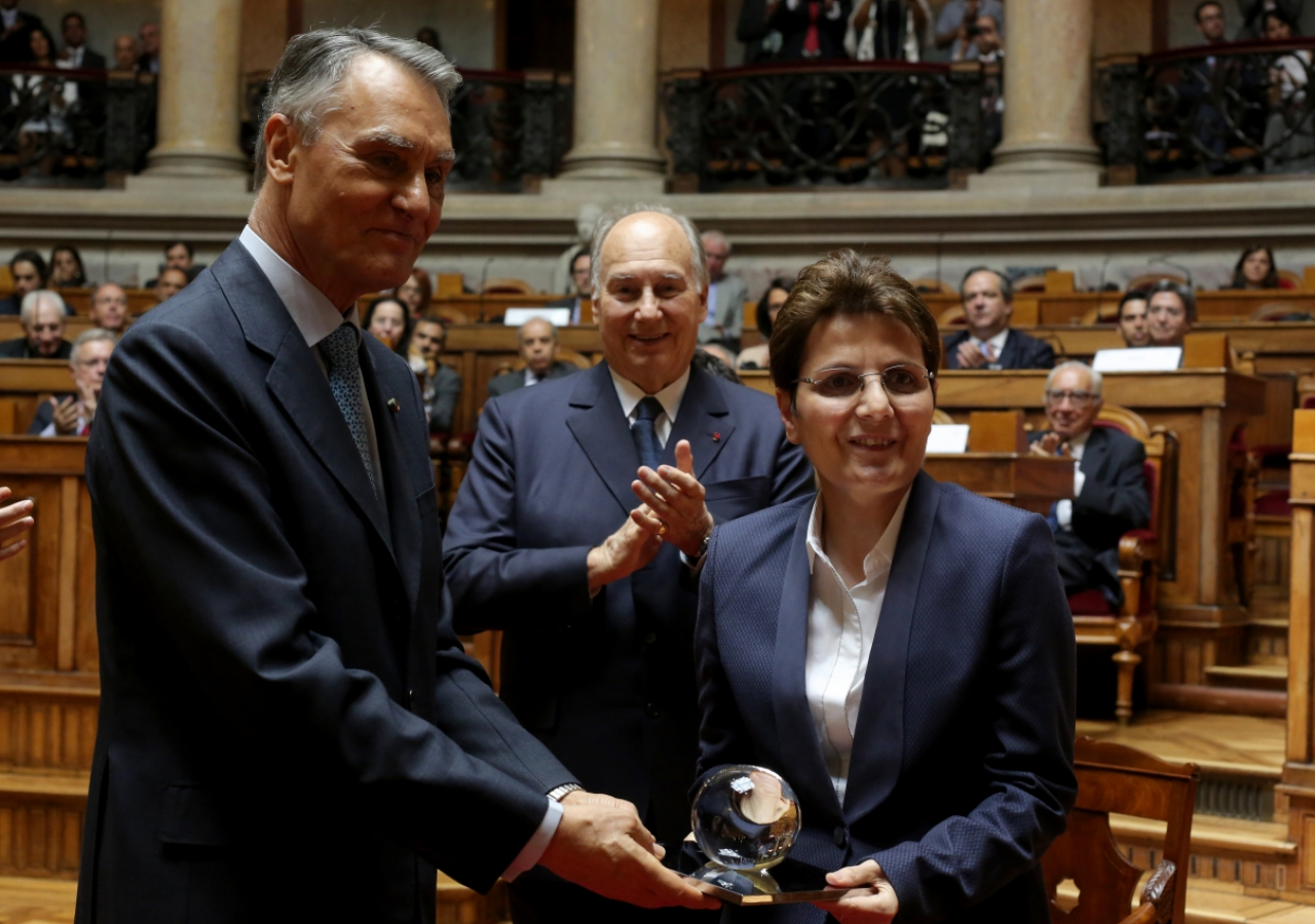 President Aníbal Cavaco Silva presents the 2013 North-South Prize to Suzanne Jabbour as Mawlana Hazar Imam looks on.