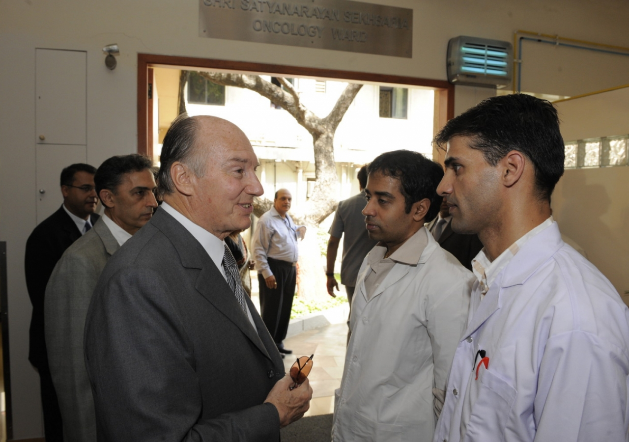 Mawlana Hazar Imam in discussion with young doctors at Prince Aly Khan Hospital (Mumbai, 2008) AKDN / Gary Otte