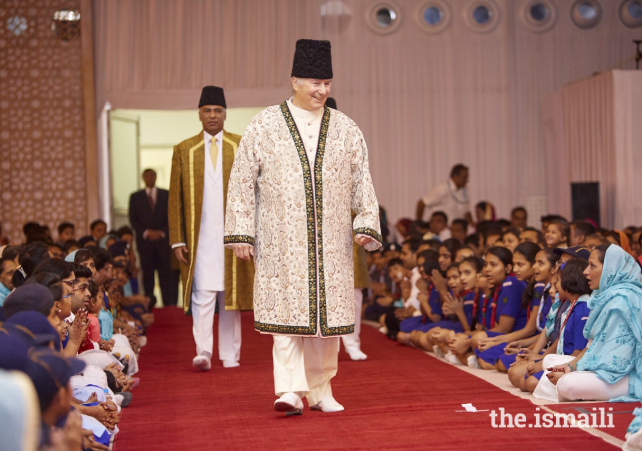 Mawlana Hazar Imam enters the Darbar hall in Mumbai.