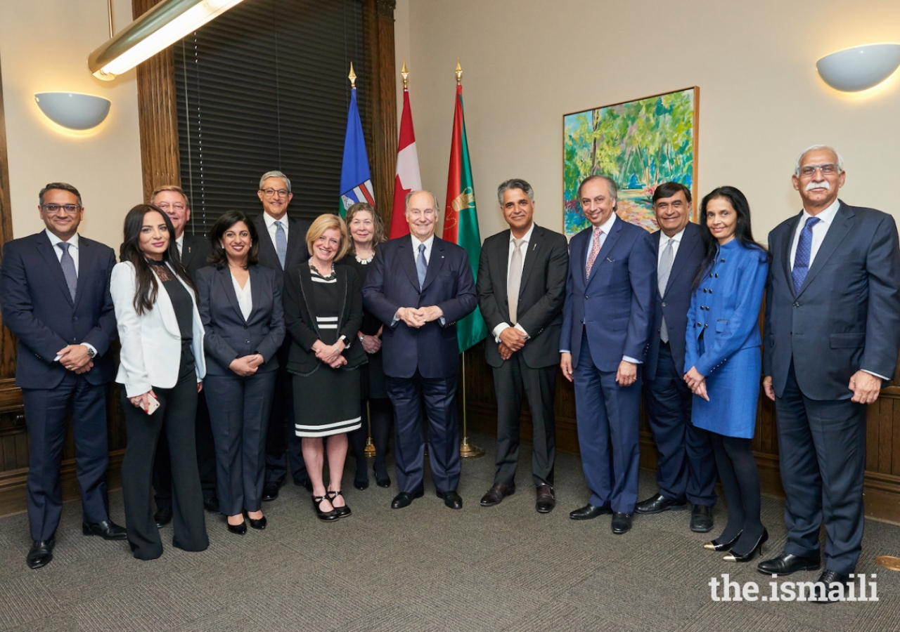 Mawlana Hazar and Premier Rachel Notley pose for a photograph with members of the Imamat and Premier's delegation.