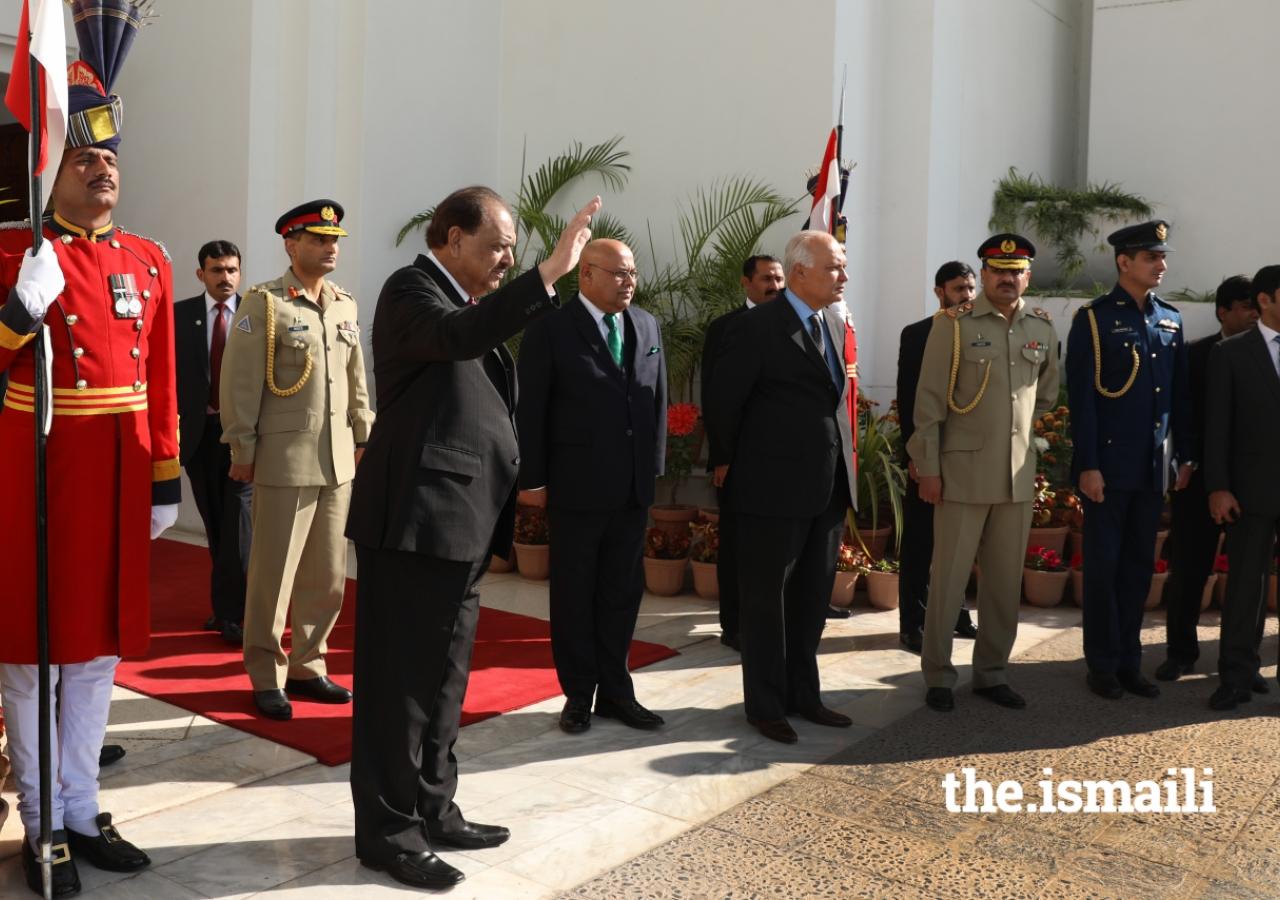 President Mamnoon Hussain bids farewell to Mawlana Hazar Imam upon his departure