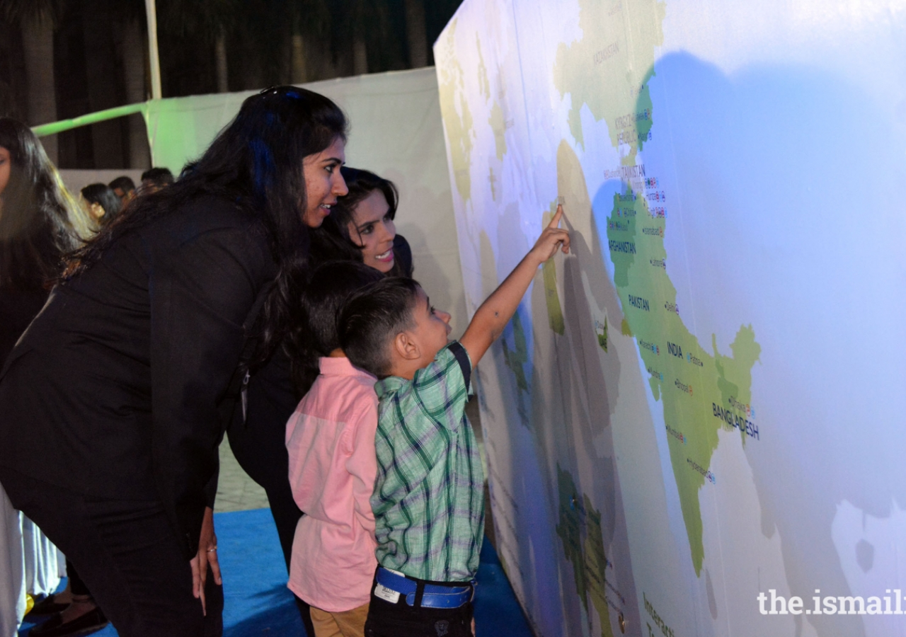 Kids Spotting the correct answers at the interactive Map