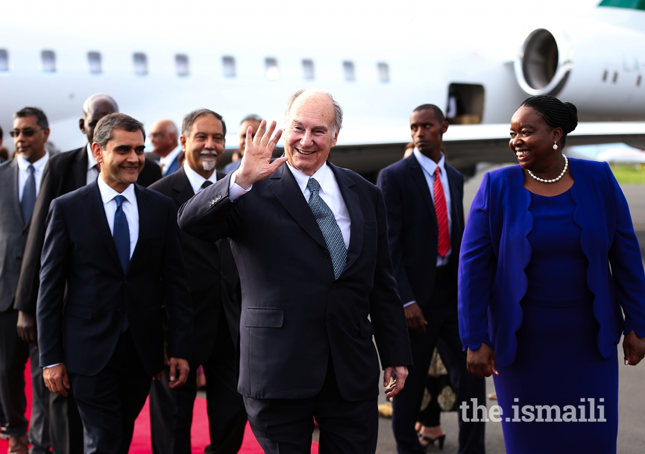 Mawlana Hazar Imam waves to leaders and members of the Jamat upon his arrival in Nairobi.