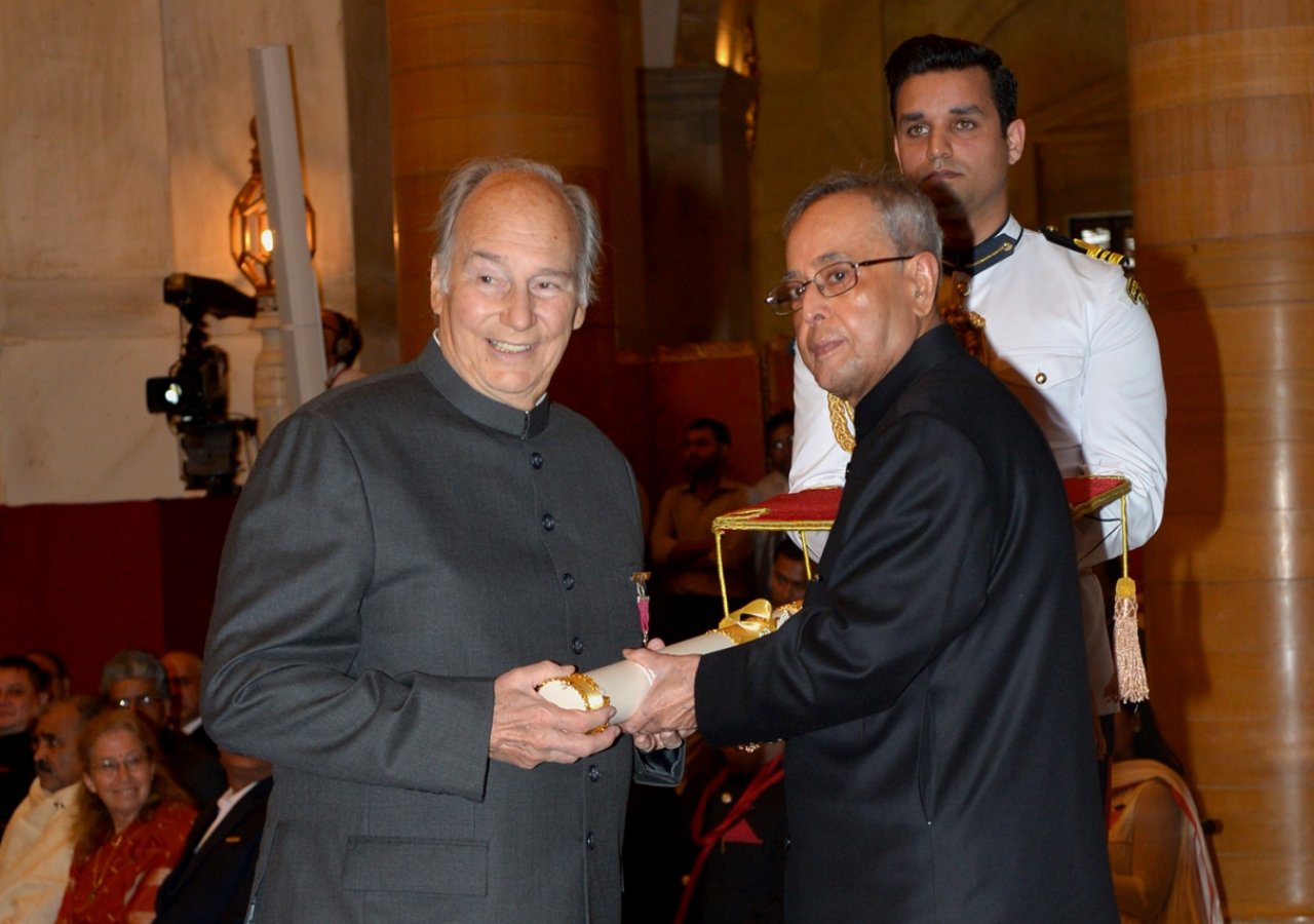 The President of India, His Excellency Pranab Mukherjee decorates Mawlana Hazar Imam with the Padma Vibhushan. Government of India