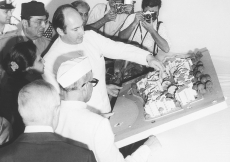 Mawlana Hazar Imam inspecting the Aga Khan Baug Housing Project at Versova, with Governor of Maharashtra, Sadiq Ali. (Mumbai, 1978) Studio La Bella