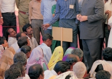 Mawlana Hazar Imam with Aga Khan Rural Support Programme, India and Jamati members. (Baroda, 1989) AKDN / Gary Otte