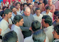 Mawlana Hazar Imam speaking with villagers working with the Aga Khan Rural Support Programme. (Amrapur, 1989) AKDN / Gary Otte