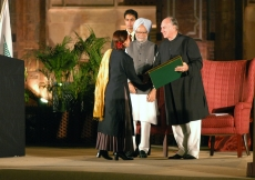 At the Aga Khan Award for Architecture ceremony, Mawlana Hazar Imam presents a certificate to a recipient of the award, Marylène Barret for the Restoration of the Al-Abbas Mosque at Asnaf, in Yemen. (New Delhi, 2004)