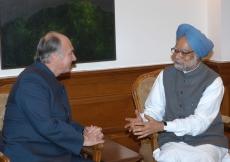Mawlana Hazar Imam meets Prime Minister of India, Manmohan Singh. (New Delhi, 2004) AKDN / Gary Otte