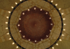 Illumination in concentricity: the chandelier of the main dome.