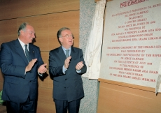 Mawlana Hazar Imam and President Sampaio applaud following the unveiling of the commemorative plaque.