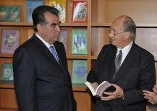 President Rahmon and Mawlana Hazar Imam pause in the library of the new Centre. They engage over a book about renowned poet and Ismaili philosopher, Nasir Khusraw, who lived over a thousand years ago in the region that is modern Tajikistan.