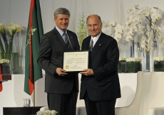 Mawlana Hazar Imam receives a certificate of Honorary Canadian Citizenship from Prime Minister Harper.