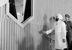 Mawlana Hazar Imam and India's President Zail Singh unveiling the plaque of the Aga Khan Baug at Versova, a low-income housing scheme. (Mumbai, 1983) Christopher Little