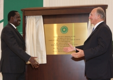 Mawlana Hazar Imam and Prime Minister Raila Odinga congratulate one another after unveiling the plaque commemorating the Foundation Ceremony of the Aga Khan University Graduate School of Media and Communications in Nairobi.