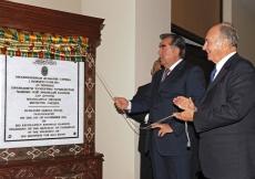 Tajikistan President Emomali Rahmon and Mawlana Hazar Imam unveil the plaque marking the inauguration of the Dushanbe Serena Hotel on 1 November 2011.