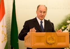 Mawlana Hazar Imam addresses guests at the inauguration of the Dushanbe Serena Hotel.