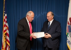 Illinois State Governor Pat Quinn and Mawlana Hazar Imam exchange gifts on the occasion of the signing of the Agreement of Cooperation.